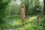 голая жена в лесу загорает видео находится молодой
